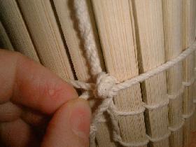 faire un nœud avec la cordelette pour maintenir le tout