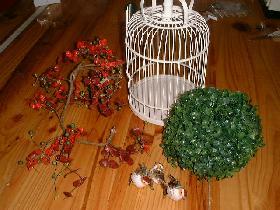 préparer le matériel : la cage, la boule de buis, les oiseaux, la tige fleurie et le fil de fer