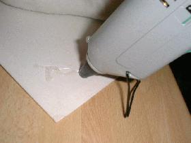 à l'aide du pistolet à colle,encoller la surface du carton
