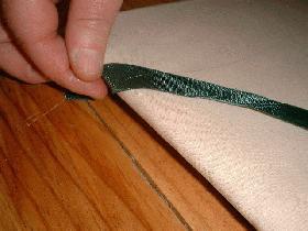 coller l'autre extrémité, prévoir 2cm de plus, rabattre au dos et coller