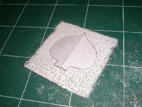 puis découper les bandes de platre à l'aide de la forme