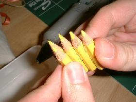 puis petit à petit, encoller les autres crayons pour former le centre de la poire