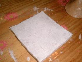 après que la pâte soit sèche, l'enduire d'un bouche pores (carré et feuille)<br />puis peindre en blanc (peinture céramique) les deux pièces