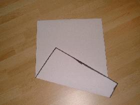 prendre la feuille A4 et ramener la partie basse vers le centre mais en biais
