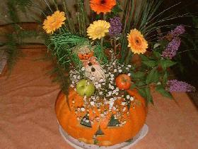 planter les fleurs dans la mousse<br />puis décorer avec le feuillage, les branches et tout ce que vous voulez
