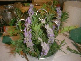 Ajouter des fleurs (ici lavande) et les pics confectionnés précédemment