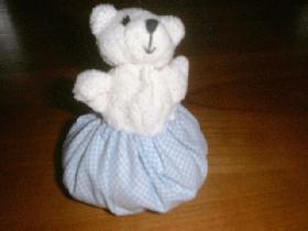 coudre ensuite le tissu avec l'ourson ( bien maintenir l'ourson au centre )