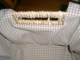 au niveau des anses, couper une bande pour les dégager ( ce morceau sera ourlé et glissé à l'intérieur )