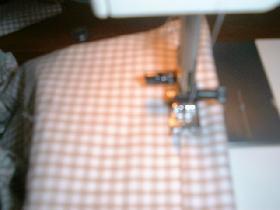 à partir des anses, faire un ourlet de 2cm pour passer le ruban. la longueur du ruban est égale à la longueur du pourtour + 50cm