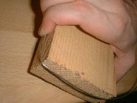 prendre une planche de bois pour former plus facilement des angles droits
