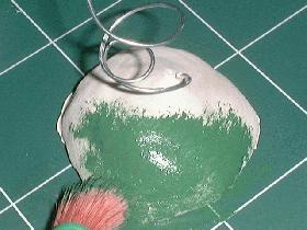 après séchage, peindre la base avec la peinture céramique