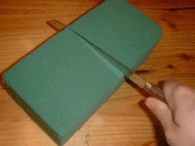 couper la mousse florale afin d'obtenir un cube