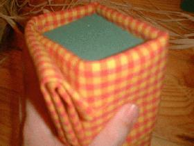 recouvrir la mousse avec le tissu écossais