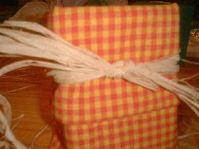 et faire un nœud avec le raphia pour tenir le tout