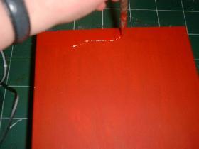 appliquer une couche de peinture déco rouge sur l'extérieur et le pourtour intérieur