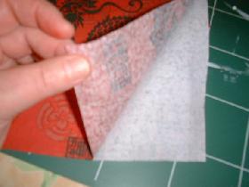 dédoubler la serviette en enlevant la partie blanche