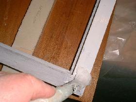 peindre le cadre en bois à la gouache acrylique blanche et laisser sécher