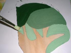 peindre les motifs. ici : l'arbre aux différents tons de vert, le tronc en marron clair