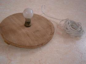 mettre une bougie à l'intérieur ou installer une source lumineuse par le dessous de la citrouille (découper le fond)