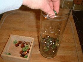 dans un vase rond, mettre des billes de verre jusqu'au  quart de la hauteur
