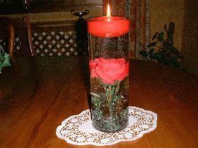 pour un ensemble harmonieux, la rose doit se situer au milieu du vase