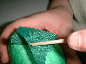 piquer le carré en son centre à l'aide d'une brochette en bois