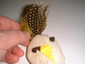 coller 5 ou 6 plumes de couleur selon la grosseur du galet pour la queue