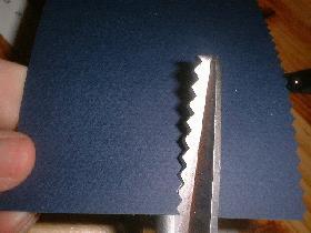 couper une bande de 10 cm de largeur dans la feuille A4 avec les ciseaux cranteurs
