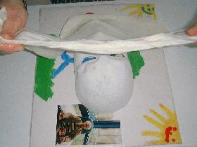 appliquer la feutrine sur le masque ( travailler sur un carton plastifié)