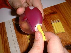 tailler tous les morceaux pour recréer de plus petits crayons (garder les copeaux pour la suite)