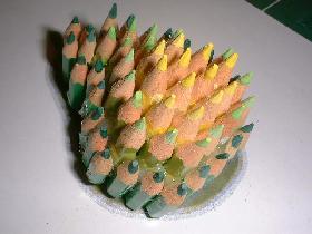 puis coller une autre rangée de crayons (autre couleur) sur le tour de la base avec un décalage (pour créer du volume)
