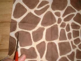 dans une serviette en papier( choisie selon votre go?t ), découper un rectangle ayant pour longueur la circonférence du cylindre +0,5cm et pour largeur la hauteur du cylindre + 2cm