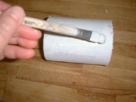 enlever le couvercle à la base du cylindre et étaler le vernis colle à l'aide du pinceau