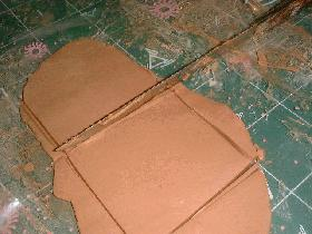 étaler la pâte sur une épaisseur de 1 cm et couper un carré de 8 cm de coté