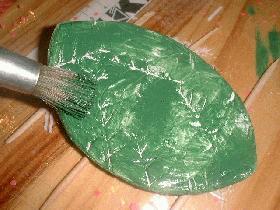 une fois la peinture sèche, peindre la feuille en vert mais en essayant de ne pas faire rentrer la peinture à l'intérieur des marques et peindre à nouveau le carré en blanc